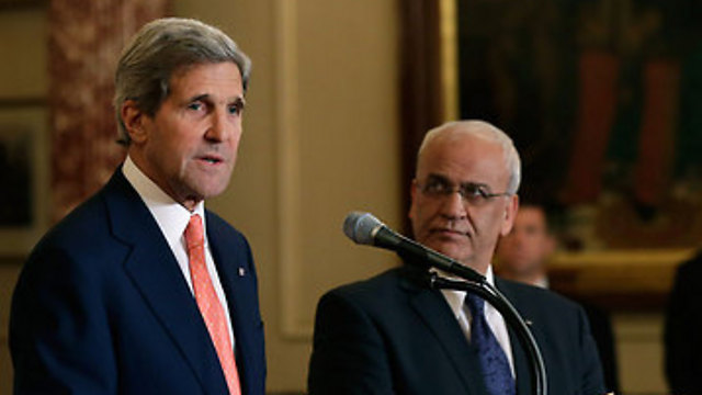Kerry (L) and Erekat (Photo: AFP)