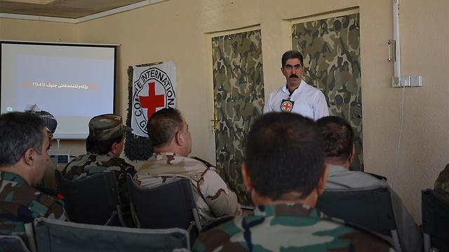 נציג ה-ICRC מסביר לחיילים בכוחות המזויינים את כללי המשפט ההומניטרי הבינלאומי במטרה לצמצם את הסבל האנושי הנגרם על ידי סכסוכים חמושים ומצבי אלימות אחרים (ARAM, Hussein Khorshed MohideenICRC) (צילום: הוועד הבינלאומי של הצלב האדום)