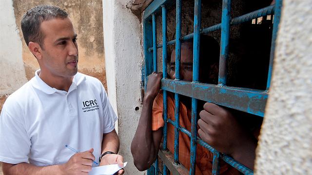 איש ה-ICRC עורך ראיון עם אסיר כדי לוודא שהוא זוכה לתנאים אנושיים ומטופל בכבוד (Pedram Yazdi / ICRC) (צילום: הוועד הבינלאומי של הצלב האדום)