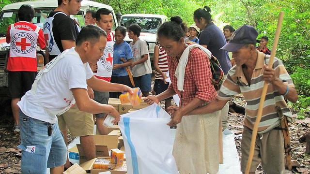 פעילי הוועד הבינלאומי של הצלב האדום ICRC מספקים סיוע למשפחות בסוריגאו דל סור. כ-4,700 מתושבי המקום נאלצו להימלט בשנה שעברה מבתיהם בעקבות התפרצויות אלימות שהתרחשו באזור, ורק באחרונה הם שבו לבתיהם ומנסים לבנות את חייהם מחדש (Lany Dela Cruz / ICRC) (צילום: הוועד הבינלאומי של הצלב האדום)