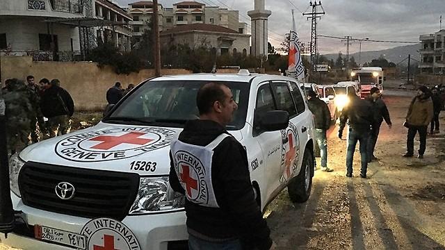 שיירת סיוע של ה-ICRC והסהר האדום הסורי הנושאת מצרכי מזון, ציוד רפואי ותרופות, שמיכות וציוד הכרחי נוסף בדרכה לתושבים הנצורים בעיירה מדאיה שבפרברי דמשק. מלחמת האזרחים בסוריה נמשכת כבר יותר מחמש שנים והיא גבתה את חייהם של מאות אלפי בני אדם. אנשי ה-ICRC פועלים במדינה הערבית כדי לסייע לאוכלוסייה המקומית וסיפקו בשנה החולפת טיפולים רפואיים ליותר ממיליון איש, מזון ליותר משמונה מיליון אנשים וגישה למים נקיים ליותר מ-15 מיליון איש (צילום: P. Krzysiek)