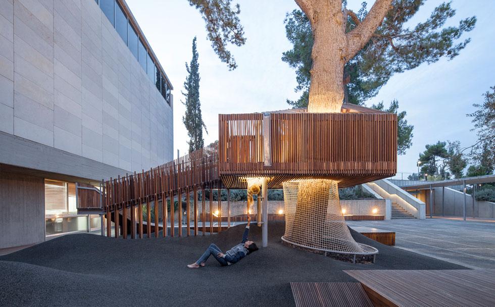 בית העץ הוא האלמנט הבולט ברחבה, כמקום מפלט מוגבה מעולם המבוגרים, ומבט שונה על אגפי המוזיאון מלמעלה (צילום: עמית גרון)