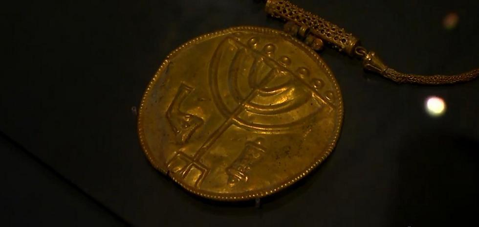 Золотая монета с минорой. Иллюстрация: Эли Мандельбаум, архив