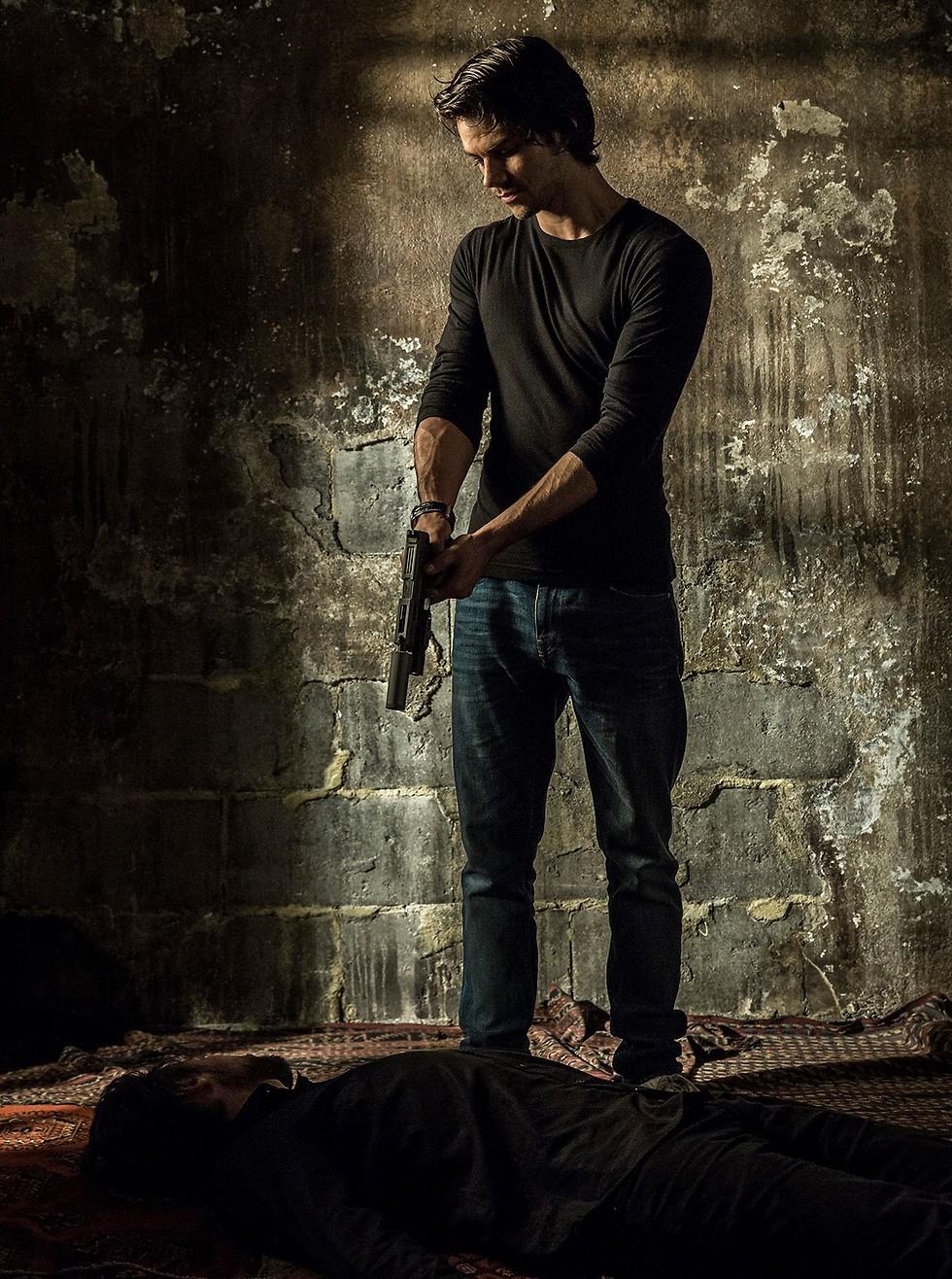 """דילן או'בריאן ב""""מתנקש אמריקאי"""" ()"""