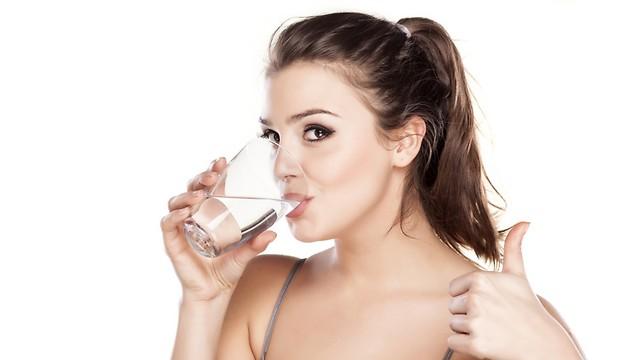"""שתו מים לפני כל ארוחה. זה יעיף את הק""""ג (צילום: shutterstock) (צילום: shutterstock)"""