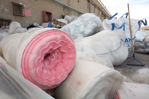 שאריות של חומרי גלם ובדים מתגוללות בחצר ובאולמות הריקים מפועלים ומכונות (צילום: דור נבו)