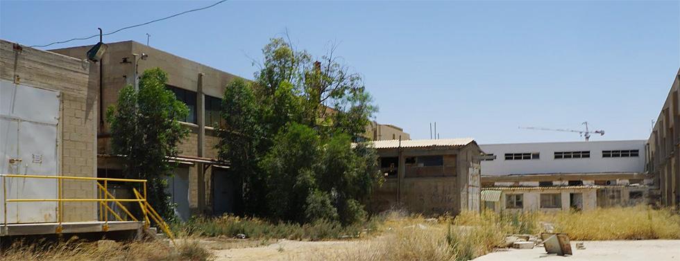 החצר המוזנחת של המפעל הנטוש. בעבר היה השטח מגונן  ומתוחזק (צילום: אדר' דרור סולר)