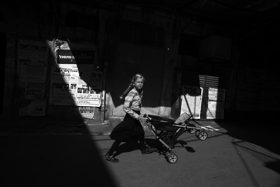 בדרך לקניות, מבטה של ילדה עם עגלה (צילום: אילן בן יהודה) (צילום: אילן בן יהודה)