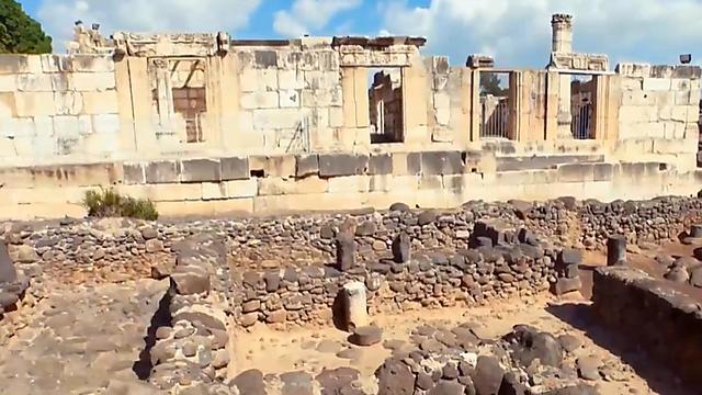 """Руины синагоги в Кфар-Нахуме. Фото из книги """"И был на земле хаос"""""""