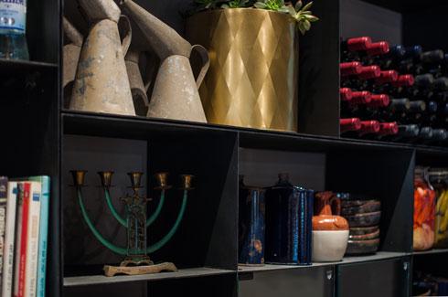 בקבוקי יין לצד חפצי חן ועבודות, כולם מקומיים (צילום: סיוון אסקיו)