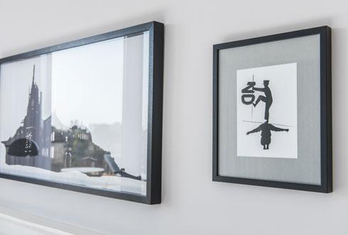 והדפסים חתומים על הקירות (צילום: סיוון אסקיו)