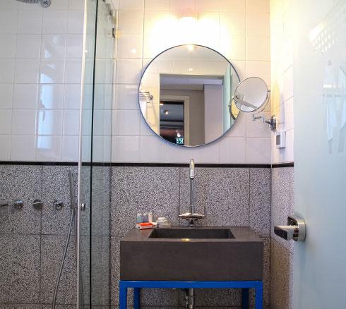 טראצו וכיור בטון בחדרי הרחצה (צילום: סיוון אסקיו)