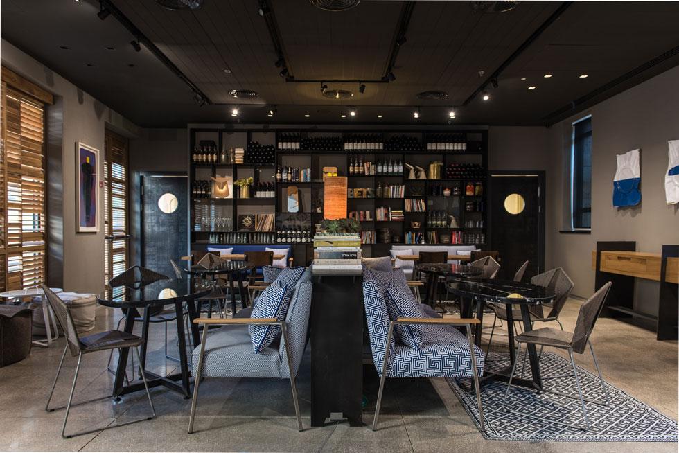 בחדר האוכל האינטימי ספות תכולות, כיסאות ראטן בעיצוב סטודיו ''גאגא'' ומנורות של אילן מלכה (צילום: סיוון אסקיו)