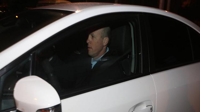 אחד החוקרים מגיע למעון ראש הממשלה בירושלים, הערב (צילום: גיל יוחנן) (צילום: גיל יוחנן)