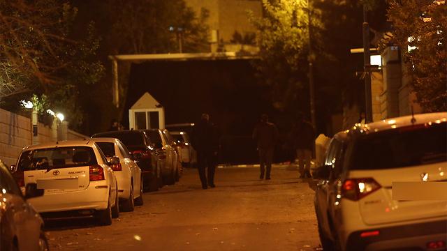החוקרים נכנסים למעון ברחוב בלפור (צילום: גיל יוחנן) (צילום: גיל יוחנן)