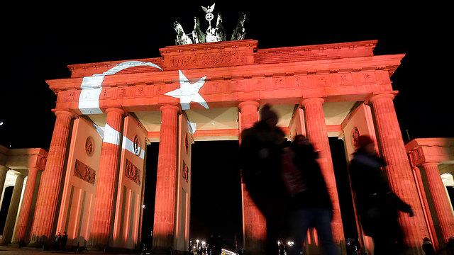 שער ברנדנבורג מואר בצבעי הדגל הטורקי בשבוע שעבר בעקבות עוד פיגוע בטורקיה (צילום: AP) (צילום: AP)