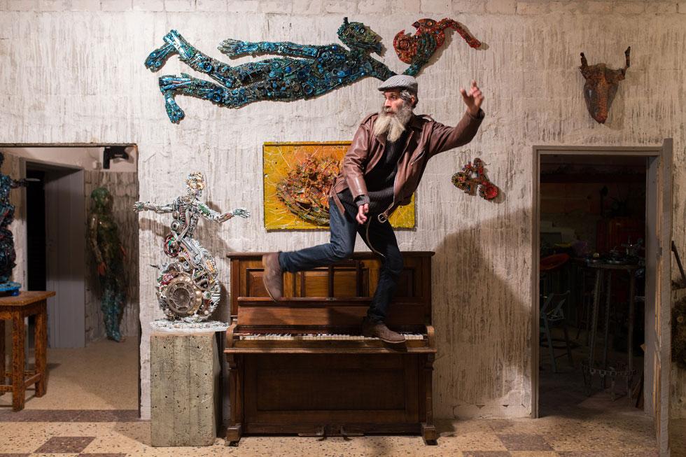 """מוגילנר בגלריה שלו. """"להיות אמן מפורסם זה לא מעניין אותי. את הכסף אני רוצה להשקיע בקהילה"""" (צילום: אלון פרס)"""