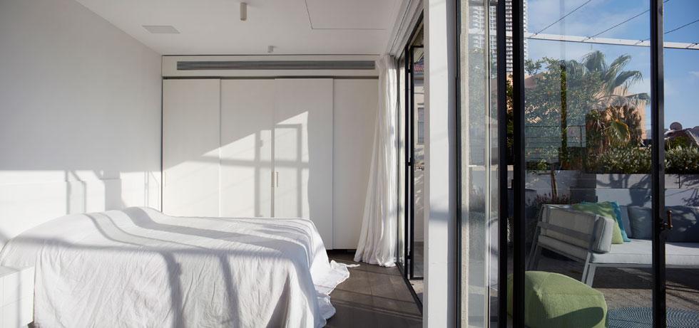חדר השינה עוצב בסגנון נקי: כאן לא היו תקרות גבוהות, אלא חדר כביסה שהורחב (צילום: עדי גלעד)