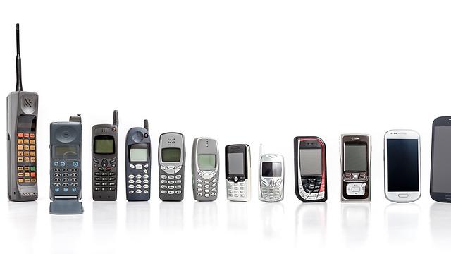 אבולוציה של טלפונים ניידים (אילוסטרציה: Shutterstock)