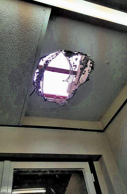 החור בגג ממנו חדרו הפורצים. הבריחה נותרה תעלומה  (צילום: משטרת ישראל)