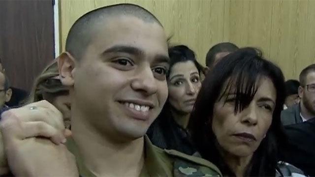 אזריה עם אמו לפני תחילת הקראת הכרעת הדין ()