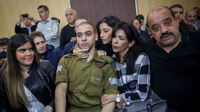 אזריה ומשפחתו בתחילת הדיון, הבוקר (צילום: מרים אלסטר/פלאש90) (צילום: מרים אלסטר/פלאש90)