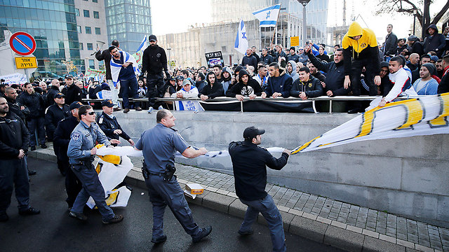 Police struggling to take massive banner away from protesters (Photo: Reuters)