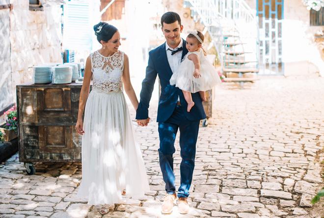 """בני הזוג בחתונתם, עם בתם המשותפת, שקד. """"הפכנו למשפחה מורכבת"""" (צילום: ליאור והדס צלמים)"""