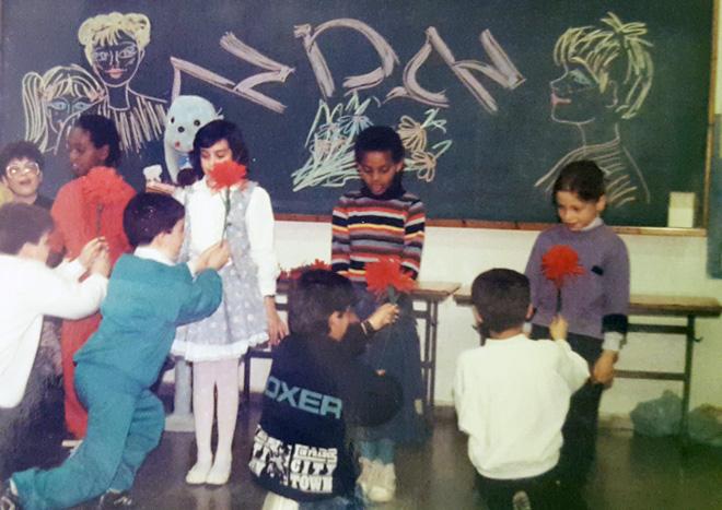 """סיון קונוולינה (בשמלה לבנה) בכיתה, מול נדב, שהיום הוא בעלה. """"הזוגיות התחזקה ופרחה"""" (צילום: אלבום פרטי)"""