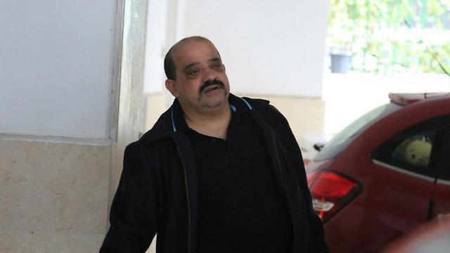 צ'רלי אזריה, אביו של אלאור, מגיע לבית המשפחה ברמלה (צילום: אבי מועלם) (צילום: אבי מועלם)