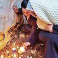 האם השכולה במקום בו נמצאה גופת בתה צילום: נאדיה חמדאן