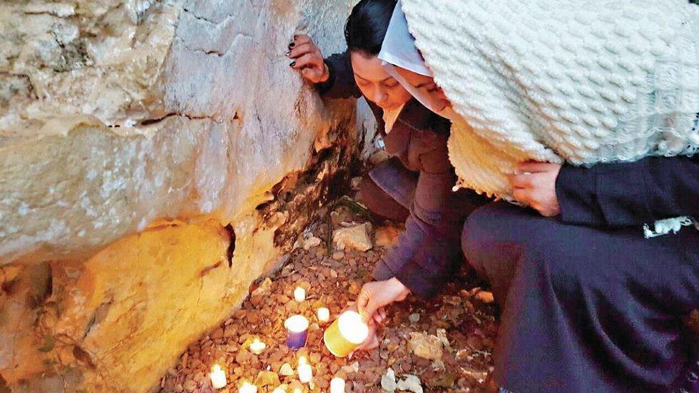 """""""אני מתפללת בשבילך, בת שלי"""". האם השכולה במקום בו נמצאה גופת בתה (צילום: נאדיה חמדאן )"""