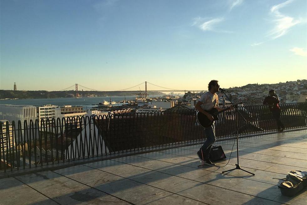 לקחת אתנחתא מהיום אל מול נוף יפה והופעות מוזיקה ()