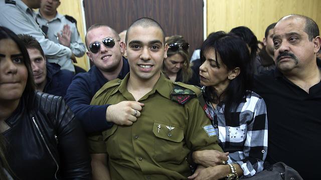אזריה, לצד אביו, אמו וחברתו. הורשע בהריגה (צילום: AP) (צילום: AP)