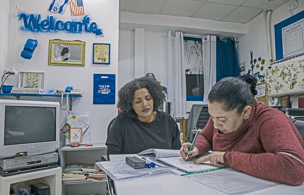"""טגניה: """"יש ביקוש ללמוד את השפה. רוב התלמידים הם בני העדה אבל הקורס פתוח לכולם""""  (צילום: צפריר אביוב)"""