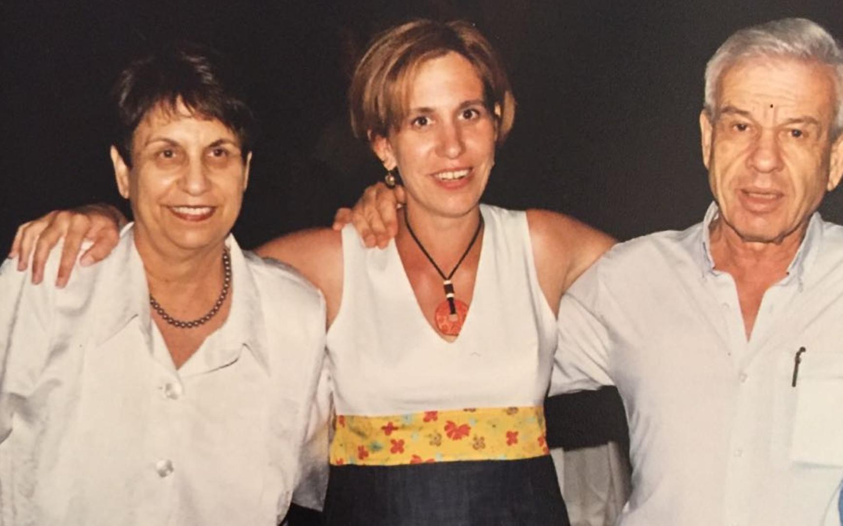 סיגל בר-און עם הוריה אלי ודבורה פישר  (צילום פרטי)