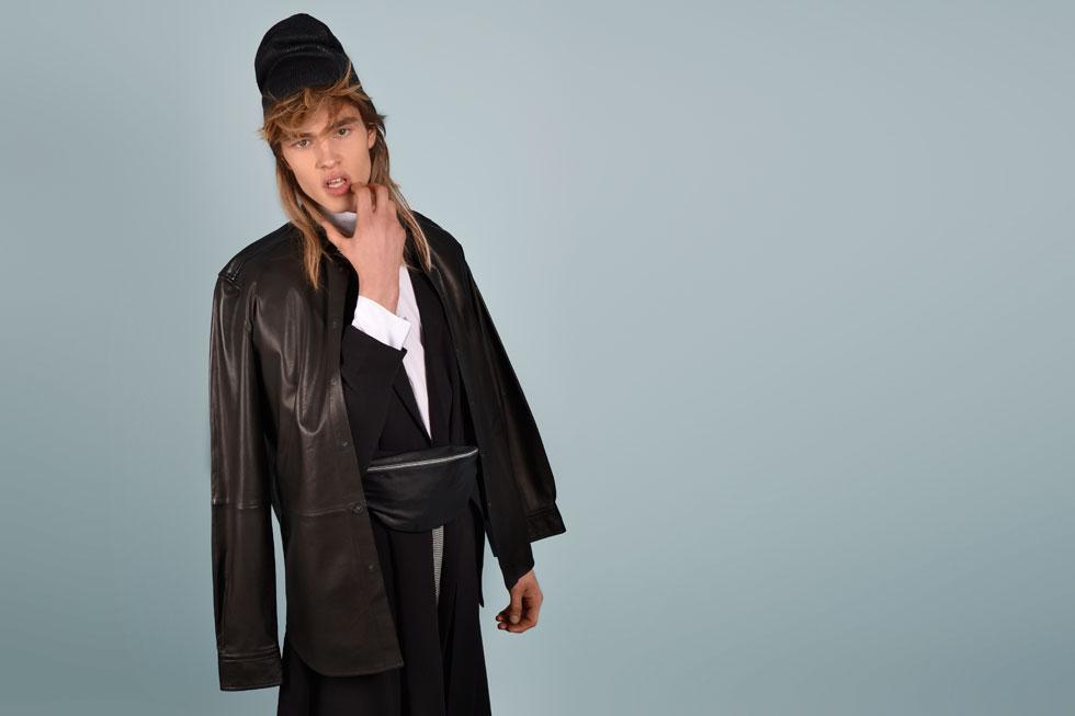 חולצה, קסטרו; חולצת עור, דיזל; מעיל ופאוץ' - H&M (צילום: אביב אברמוב)