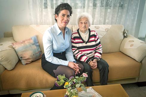 """קרלה רווה עם החוקרת ד""""ר לילך ניישטט בורנשטיין (צילום: גיל נחושתן)"""