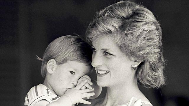 הנסיכה דיאנה מחזיקה את הארי הצעיר, 1988 (צילום: רויטרס) (צילום: רויטרס)