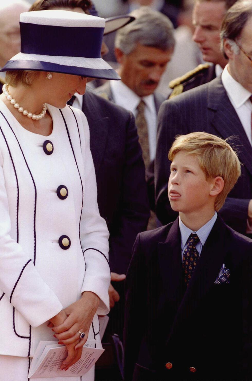 """""""לימדה אותי איך לחיות חיים פשוטים"""". הארי עם אמו דיאנה (צילום: רויטרס) (צילום: רויטרס)"""
