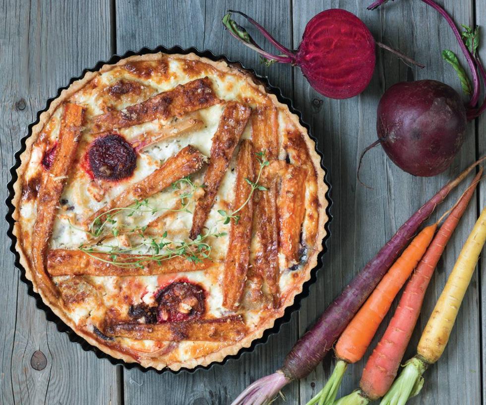 קיש ירקות שורש וגבינת עזים עם בטטה, בצל סגול, גזר וסלק (צילום: אולגה טוכשר)
