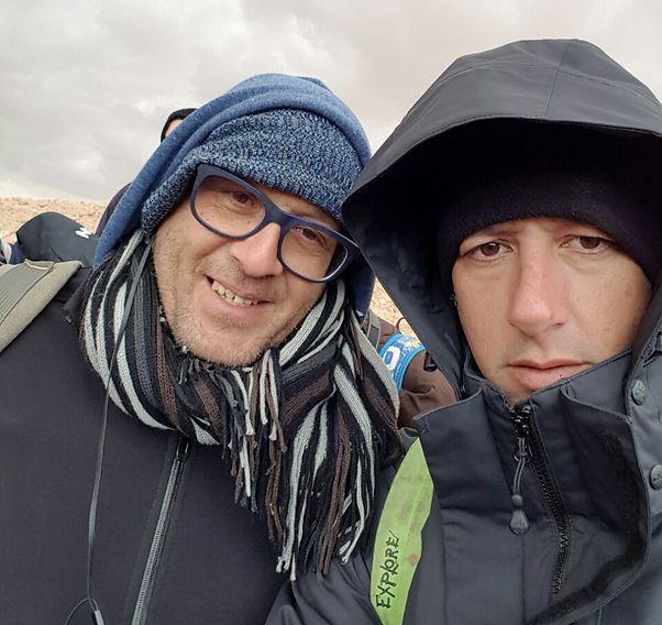 רטובים, אך מרוצים. אסף קמר (מימין) והצלם אלי סגל (צילום: אסף קמר)