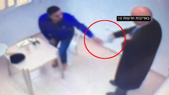 התיעוד של גטאס מבריח טלפון נייד לאסיר (צילום: חדשות 10) (צילום: חדשות 10)