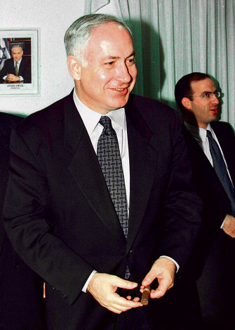 Netanyahu with a cigar (Photo: Reuters)