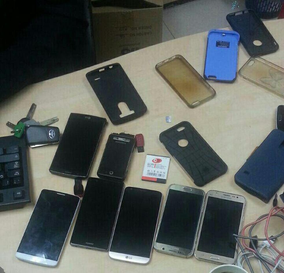 השלל: טלפונים של אורחים  (צילום: דוברות המשטרה) (צילום: דוברות המשטרה)