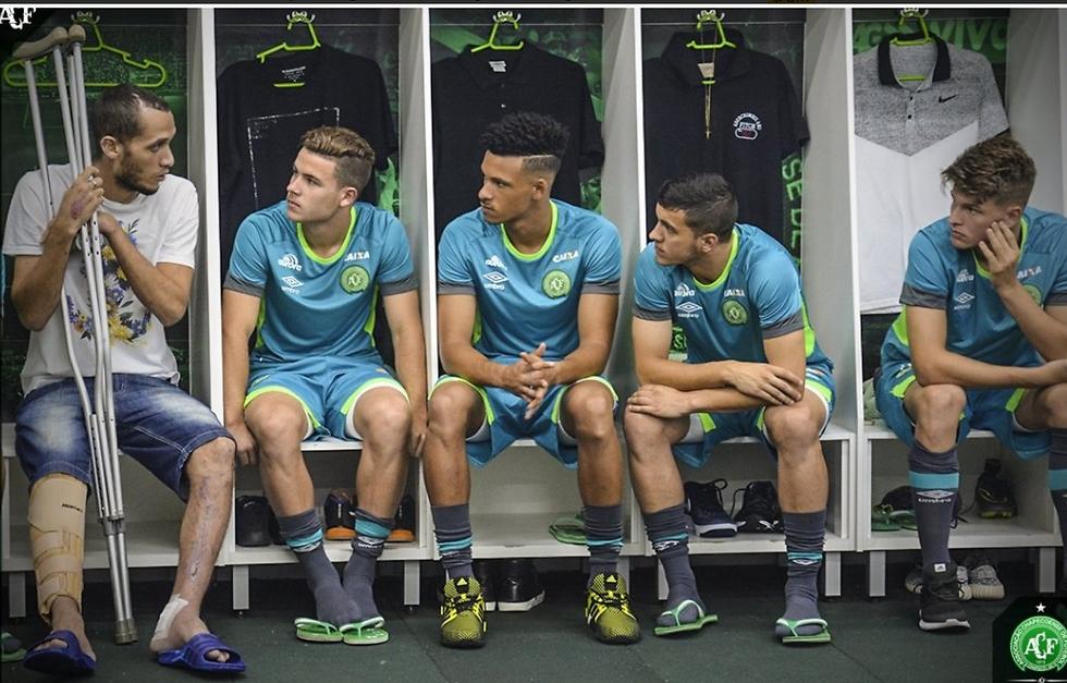 נטו פוגש לאשונה את חבריו החדשים לקבוצה, היום (צילום: אתר הקבוצה) (צילום: אתר הקבוצה)