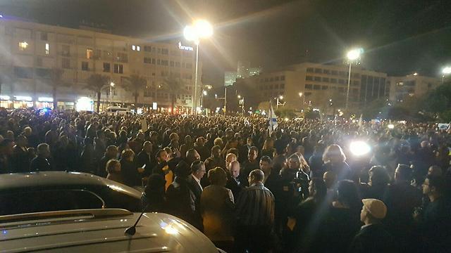 כמה אלפים בכיכר רבין, הערב ()