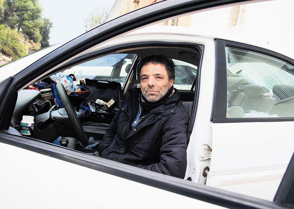 חי במכונית שחונה בכניסה לבית המשפט. פרטוק השבוע (צילום: אפי שריר)