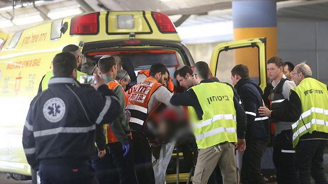 פינוי פצועים לשערי צדק (צילום: אלכס קולומויסקי) (צילום: אלכס קולומויסקי)