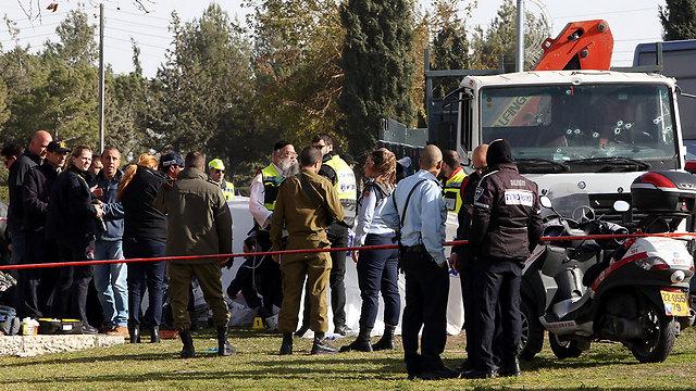 זירת הפיגוע. המחבל חזר ברוורס כדי לדרוס שוב (צילום: AFP)